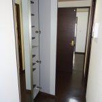 玄関に鏡とシューズボックス
