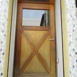 木製のかわいいドアです。
