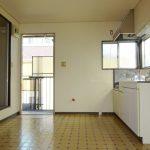 キッチン、窓があり換気に最適です。(内装)