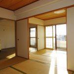 和室6帖、仕切りを開放すれば室内を広々利用できます。(周辺)