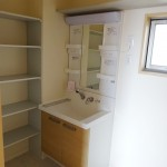 洗面台の横にはタオルの収納に便利な棚付き(内装)
