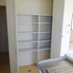 レシピや食器の収納に便利なキッチン横の収納棚