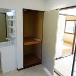 DKの収納と洗面台