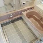 広々したバスルーム、大きな窓があるので換気に最適です。(風呂)